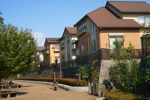 遊歩道と住宅.jpg